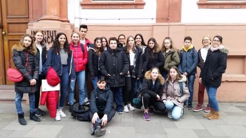 Foto vor dem Institut Francais in Mainz nach den mündlichen Prüfungen