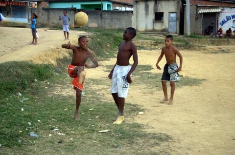 Fußballspielende Jungs_Favela