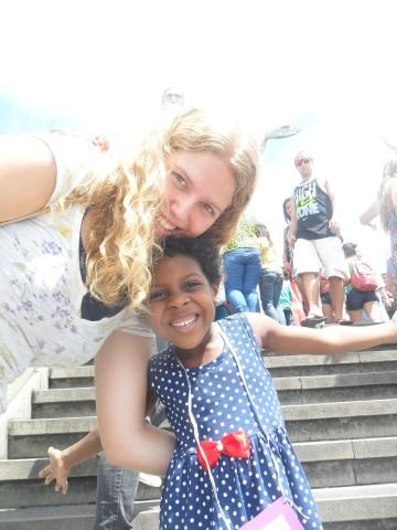 Paula und Tainara an der Christusstatue