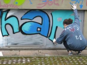 Graffitiworkshop: Charlotte beim ersten großen Wurf für ihr Stylewriting