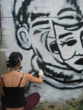 Graffitiworkshop: Lisa beim Arbeiten an einem aufwändigen Character-Design
