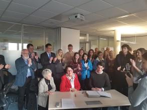 Die Präsidentin des DAHW, Gudrun Freifrau von Wiedersperg, und der Vorstandsvorsitzende der jungen DAHW, Robin Balzereit, bei der Unterzeichnung des Kooperationsvertrages