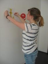 Graffitiworkshop: Ausprobieren der Vorlagen im Innenraum