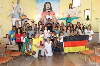 Große internationale Gemeinschaft in der Kapelle der Organisation.